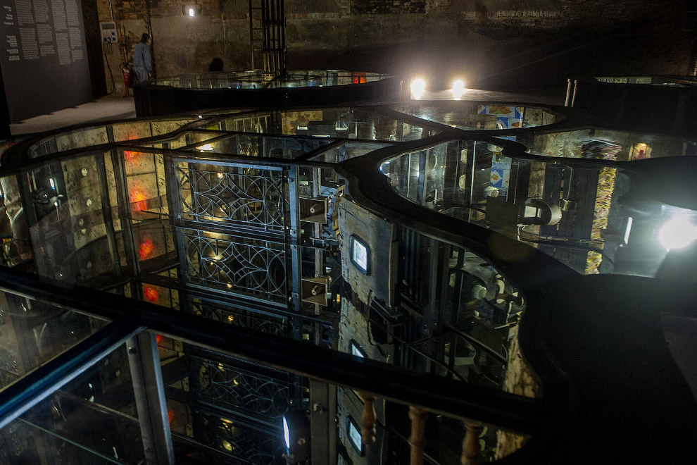 В филиппинском павильоне находится гигантская неведомая установка