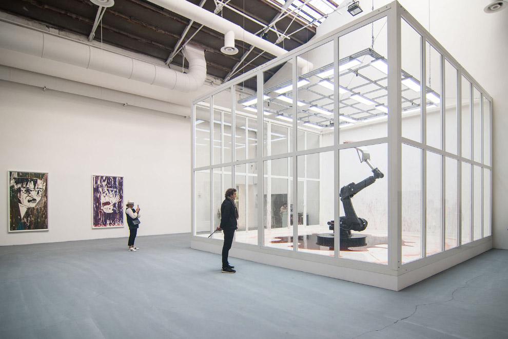 Робот на стеклом