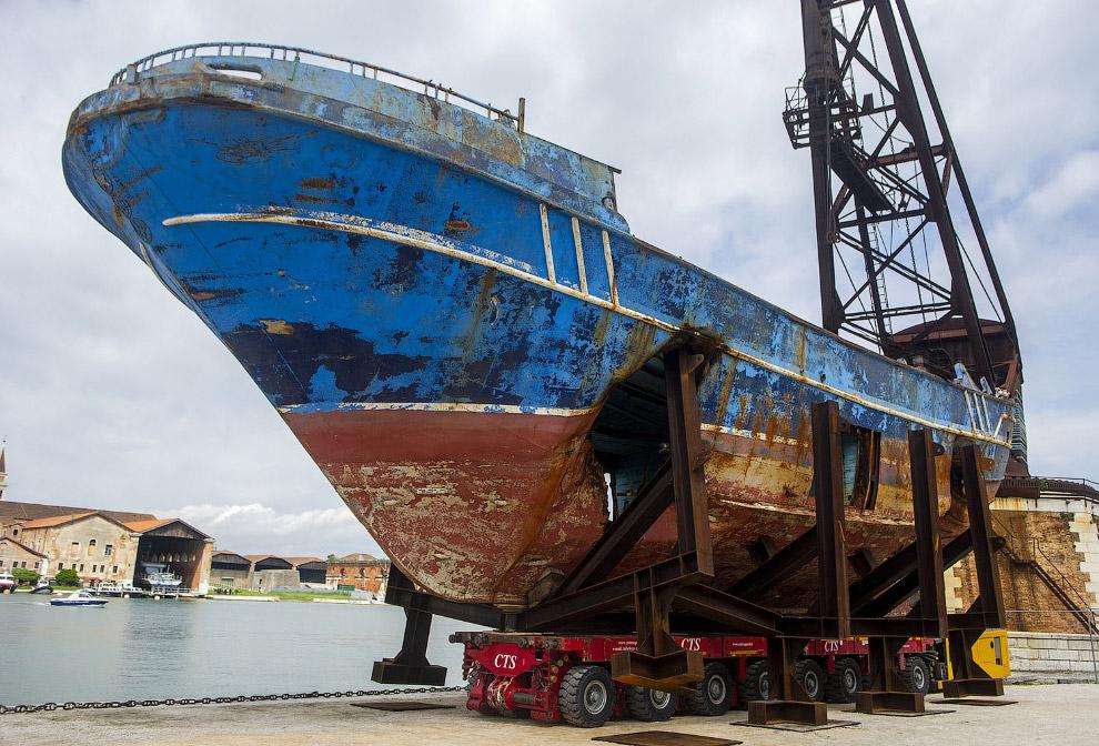 Притащили целый ржавый корабль в качестве инсталляции