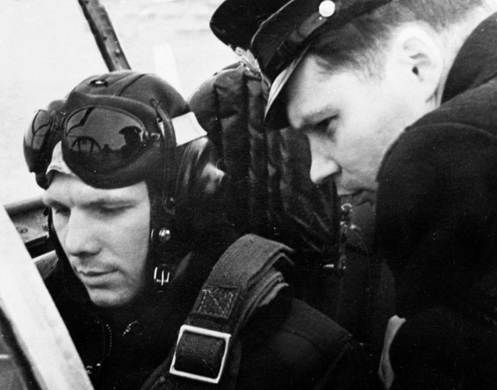 Лейтенант Юрий Гагарин в самолете во время службы в Заполярье