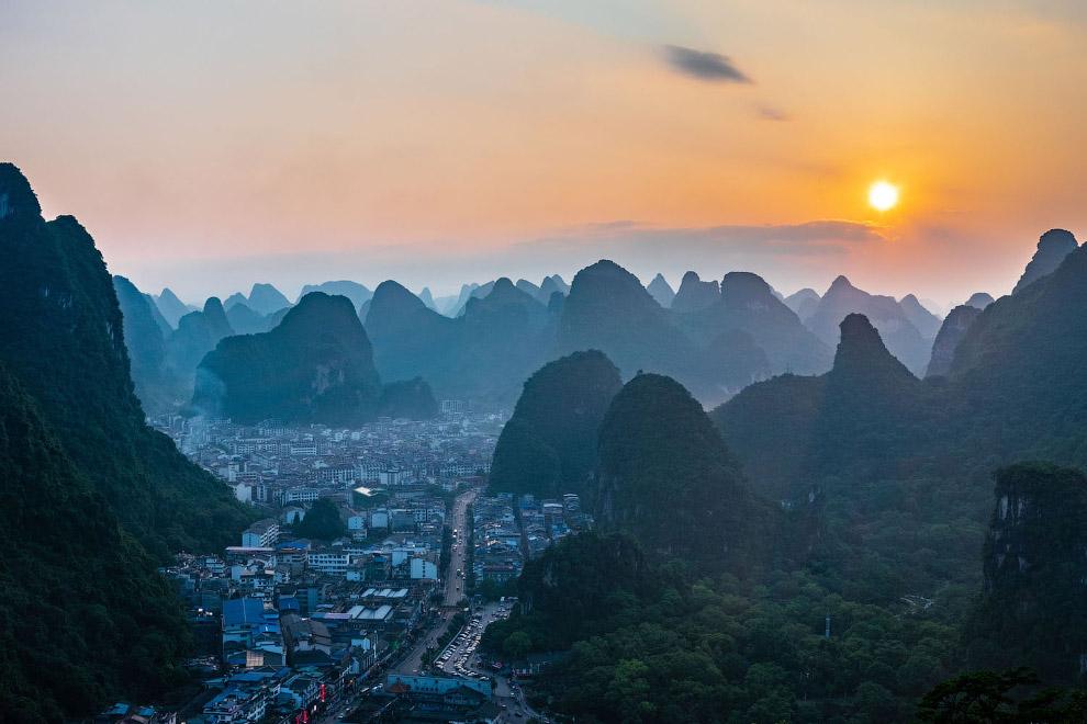 Населенный пункт в Китае на закате