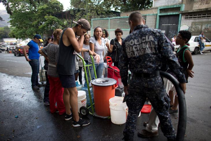 Очередь за водой в Каракасе, Венесуэла