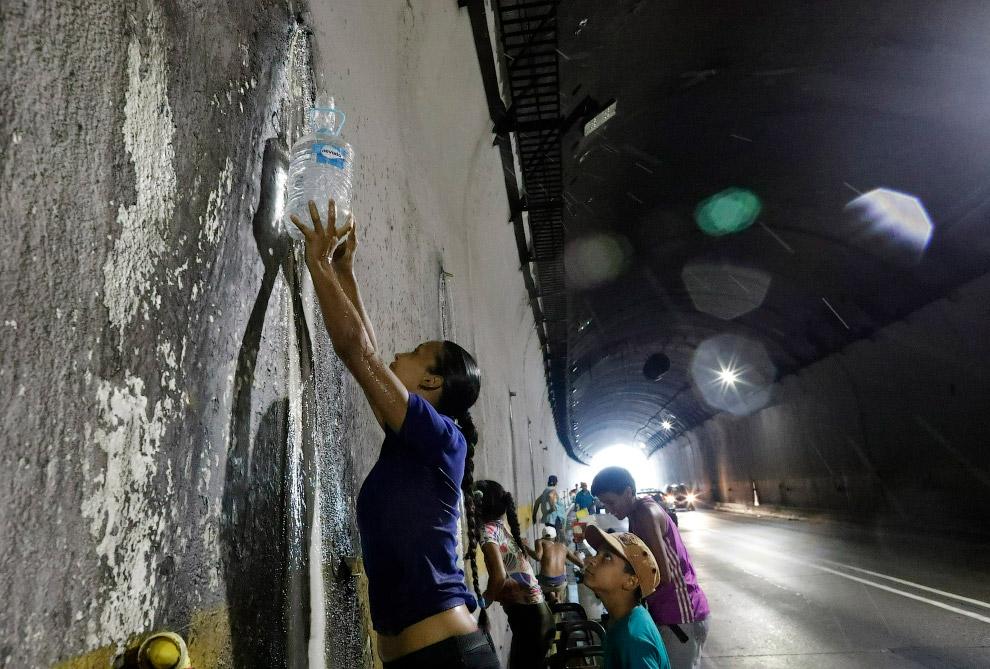 А кто-то собирает воду из водосточной трубы в туннеле