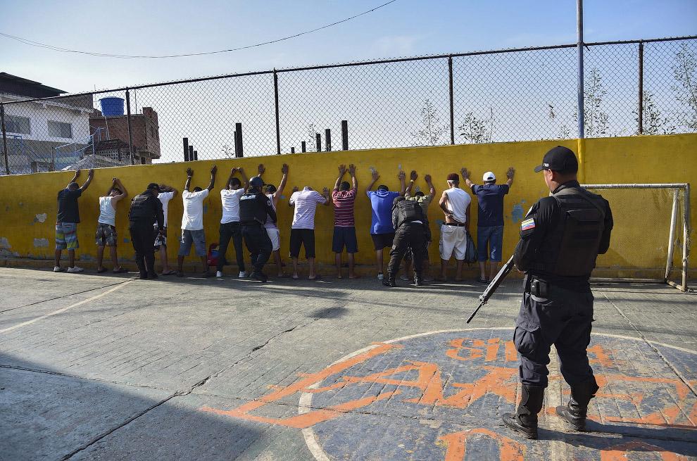 Спецоперація.  Військові обшукують якусь групу людей, Каракас