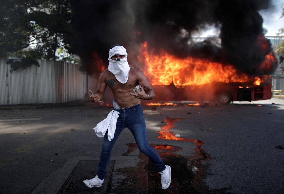 Бойовик з каменем, Каракасі, Венесуела