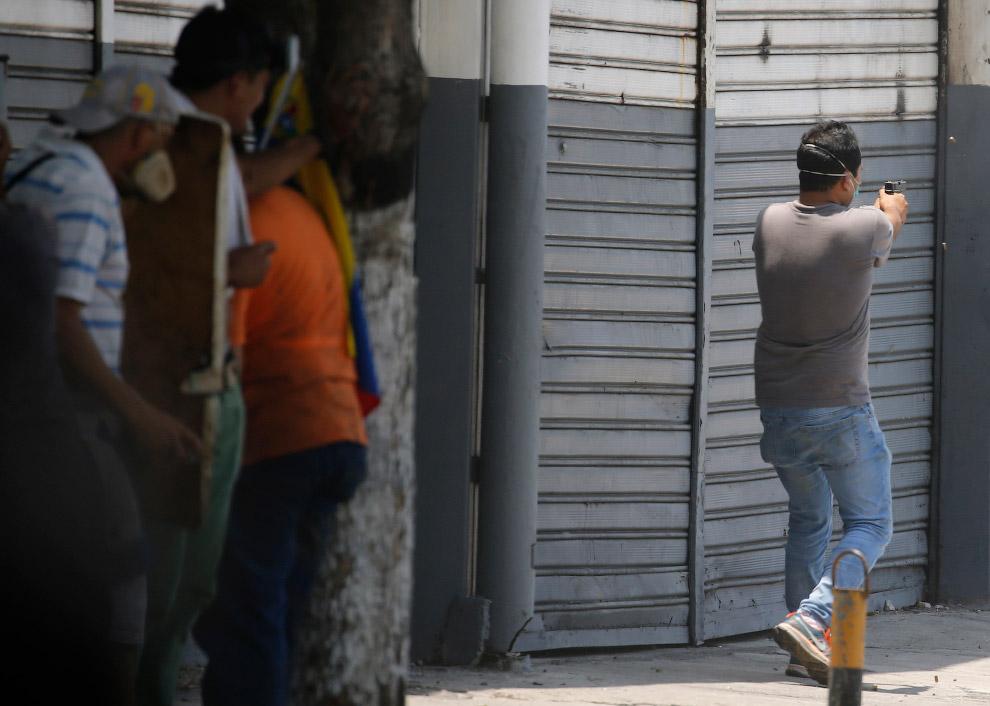 Оппозиционер стреляет из пистолета по силам правопорядка, Каракас