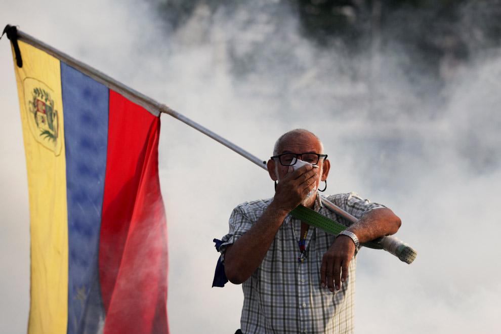Мирный протестующий простив президента Николаса Мадуро