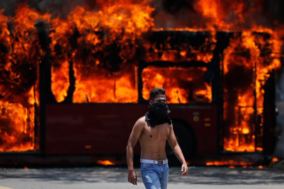 Боевая часть протестующих в любом конфликте выглядит и действует одинаково