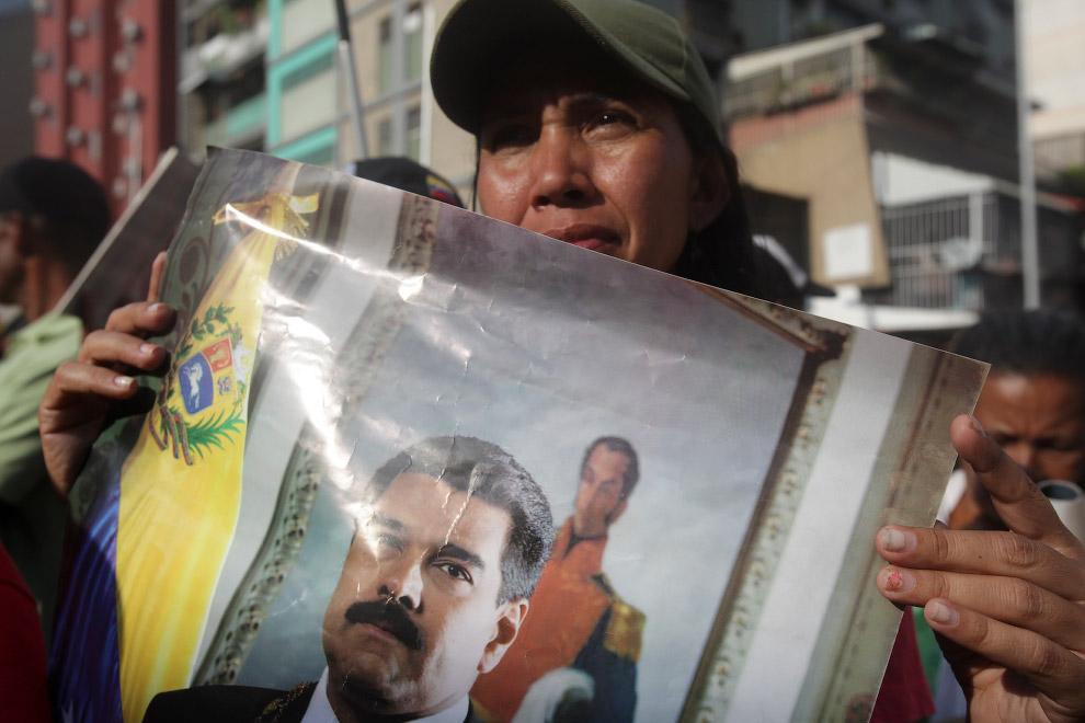 Прихильники Президента Венесуели Ніколас Мадуро з його портретами