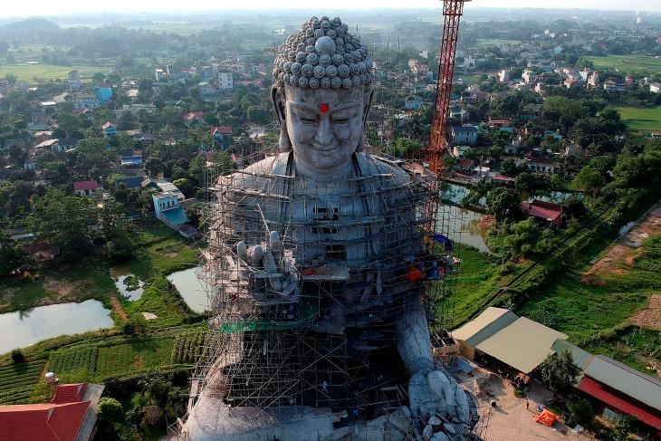 Строительство огромной статуи Будды в Сон-Тае на окраине Ханоя