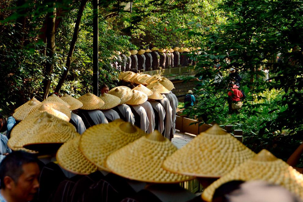 Монахи в соломенных шляпах