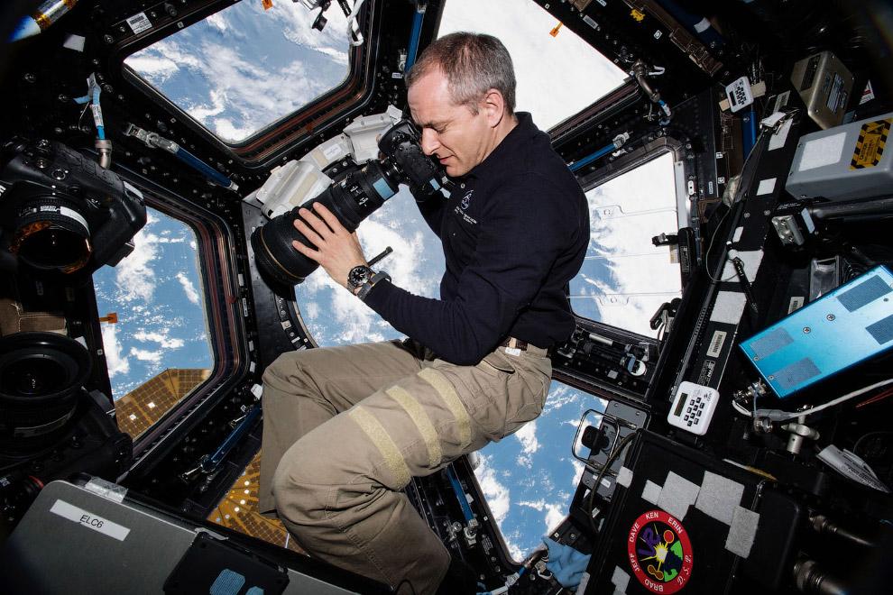 Астронавт Канадского космического агентства Давид Сен-Жак с фотоаппаратом