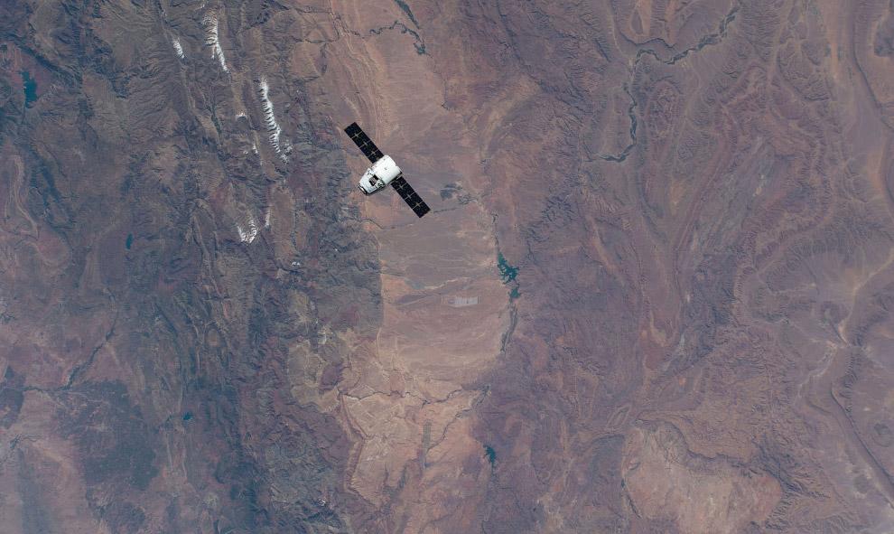 Грузовой корабль SpaceX Dragon приближается к МКС