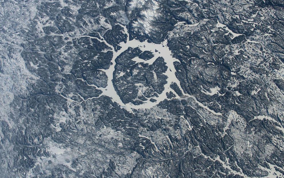 Внизу — древний ударный кратер в Квебеке, Канада