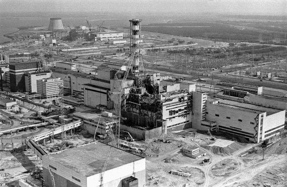 ид с воздуха на поврежденную Чернобыльскую АЭС