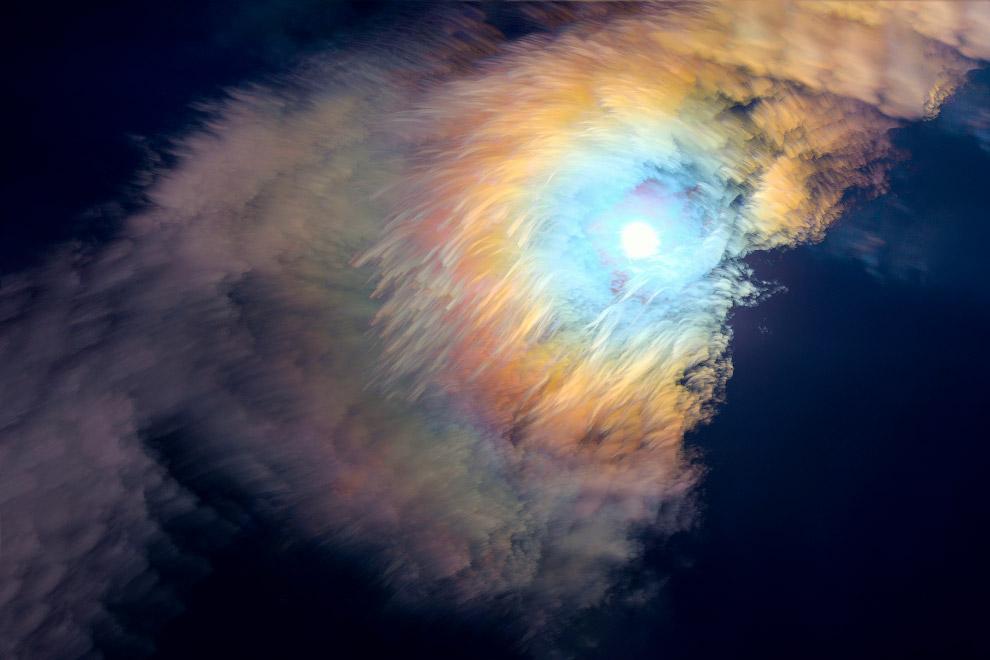Великолепная корона Луны и движение облаков