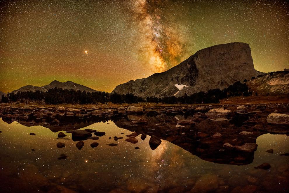 Млечный путь в горной цепи Уинд Ривер в штате Вайоминг