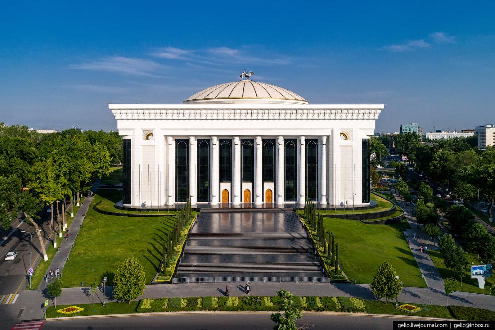 Дворец форумов на площади Амира Темура