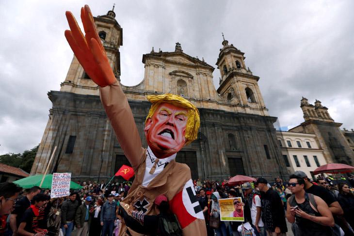 Дональд Трамп в нацистской форме на первомайской демонстрации в Боготе