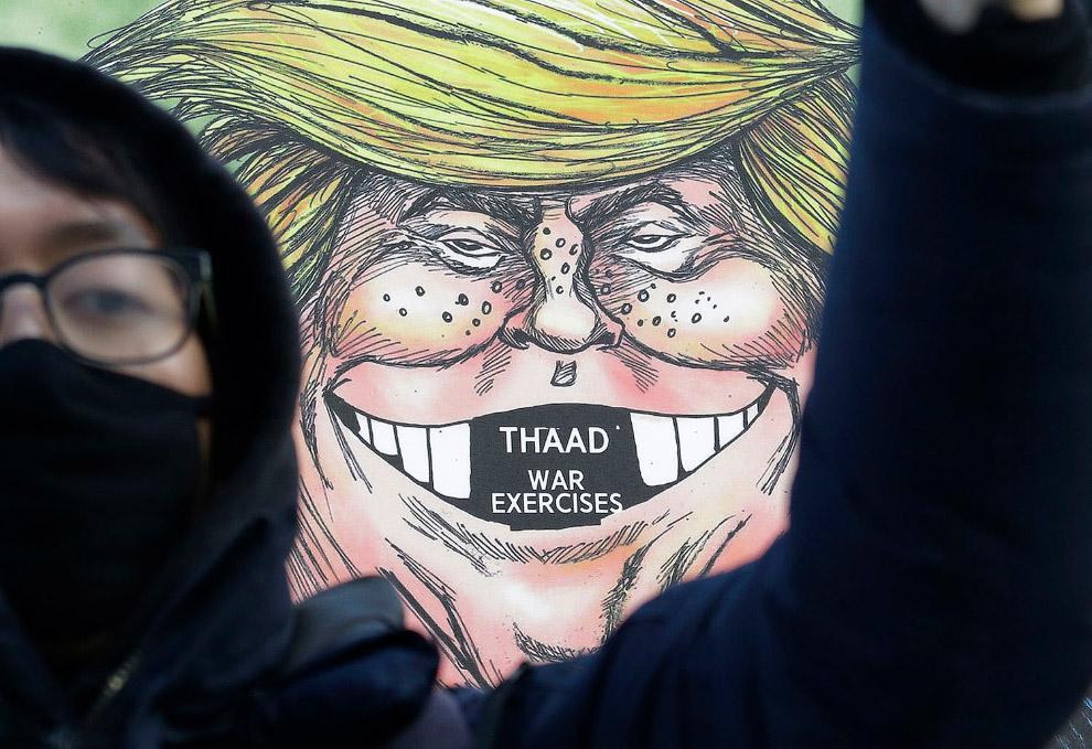 Протесты в Южной Корее на фоне плаката с Трампом