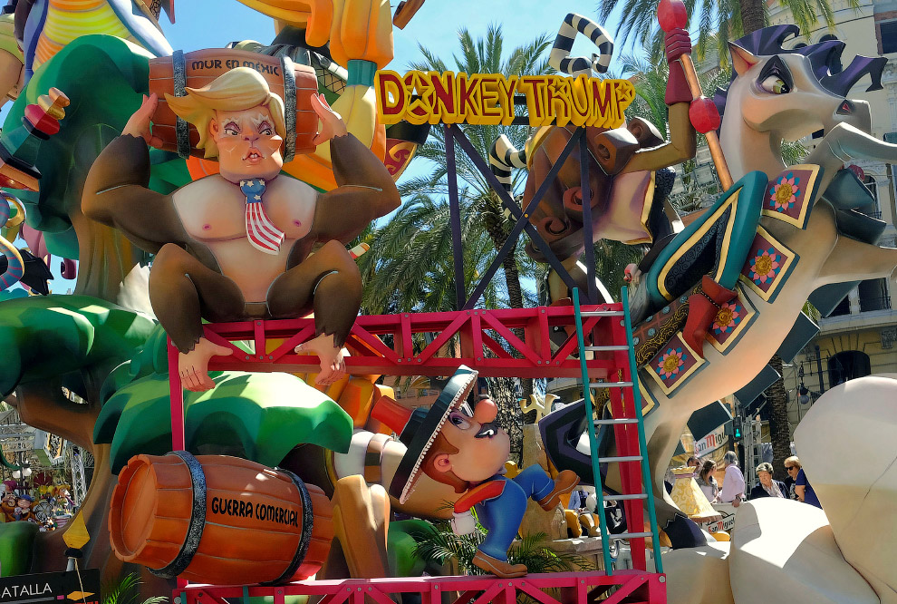 Инсталляция с Трампом в виде обезьяны в Валенсии, Испания