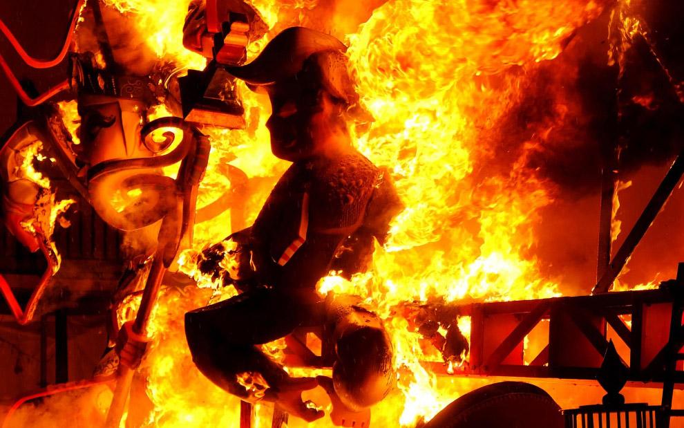 Сожгли Трампа на празднике в Валенсии