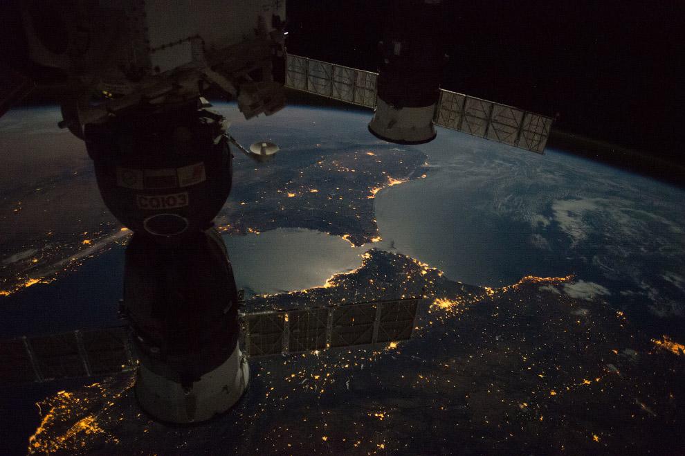 Европа и Африка ночью.
