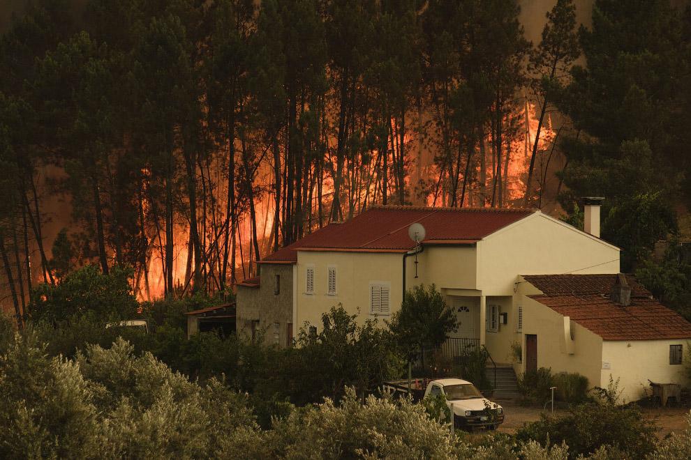 Пожар подбирается к домам
