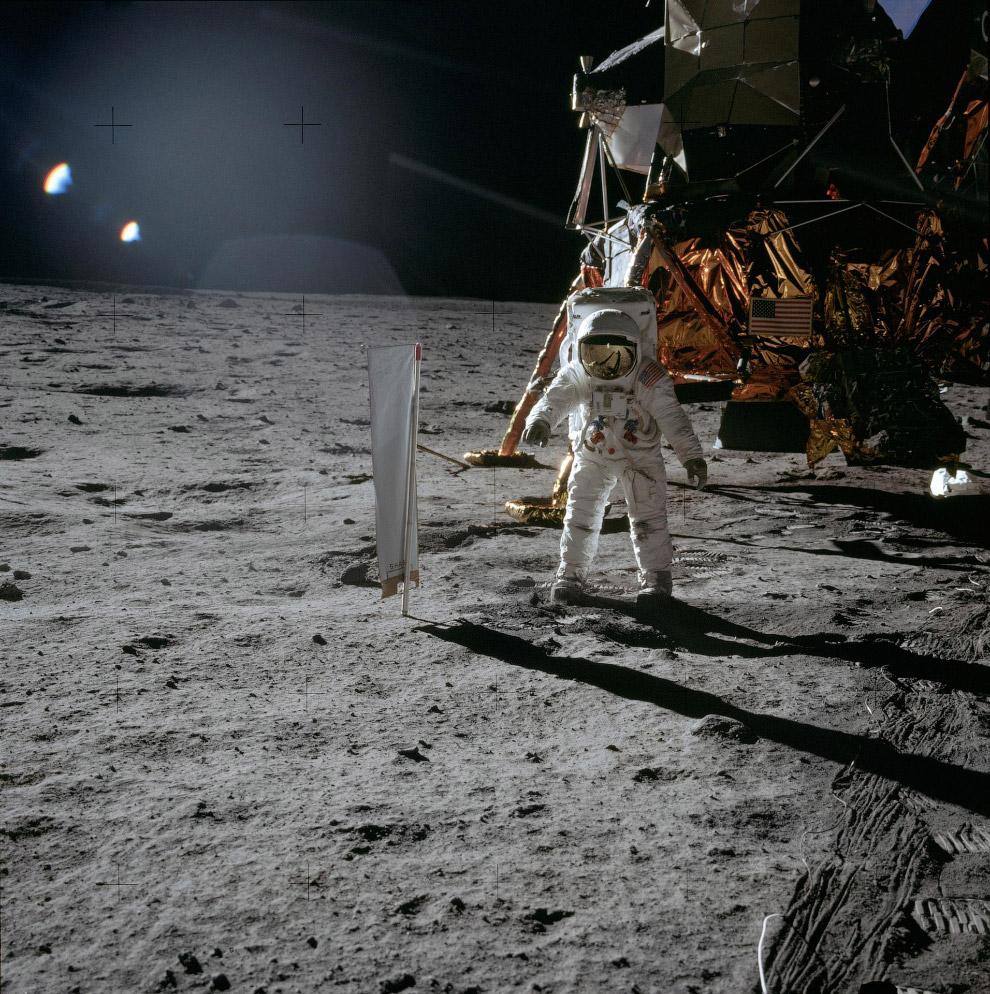 Базз Олдрин возле лунного модуля