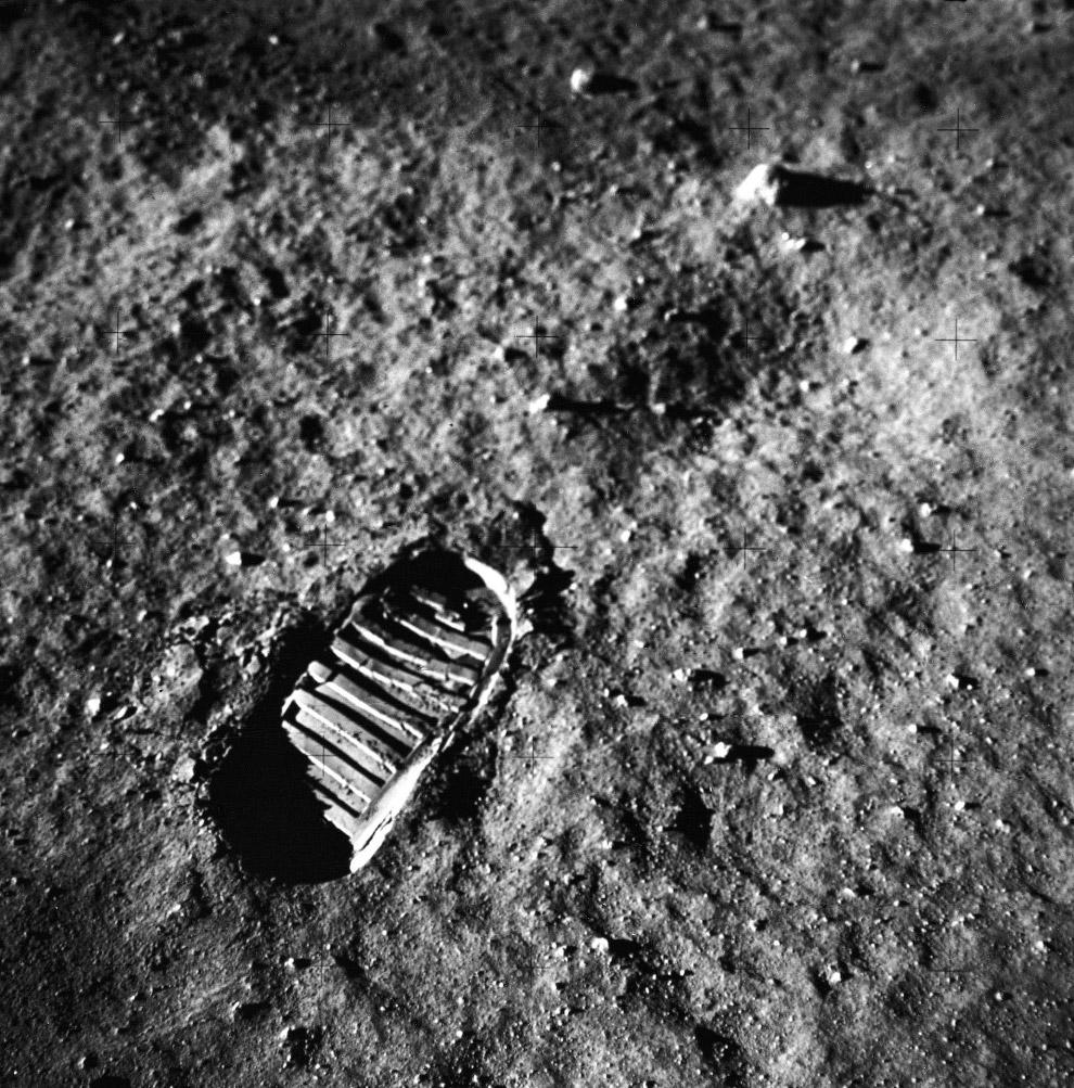 След от ноги астронавта.
