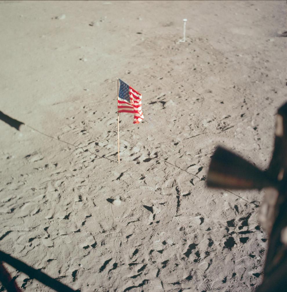 Флаг США, оставленный на Луне