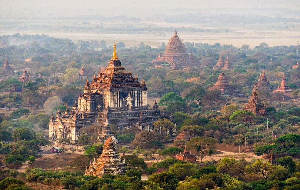 Массивный и величественный храм Татбинью