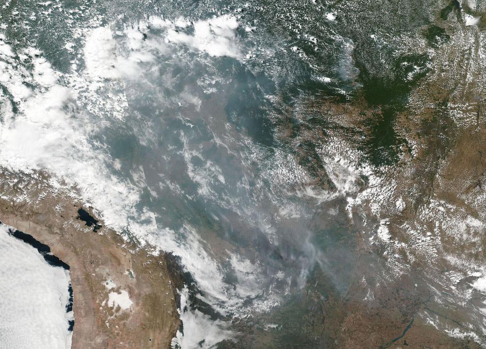 Дым от пожаров в Бразилии из космоса