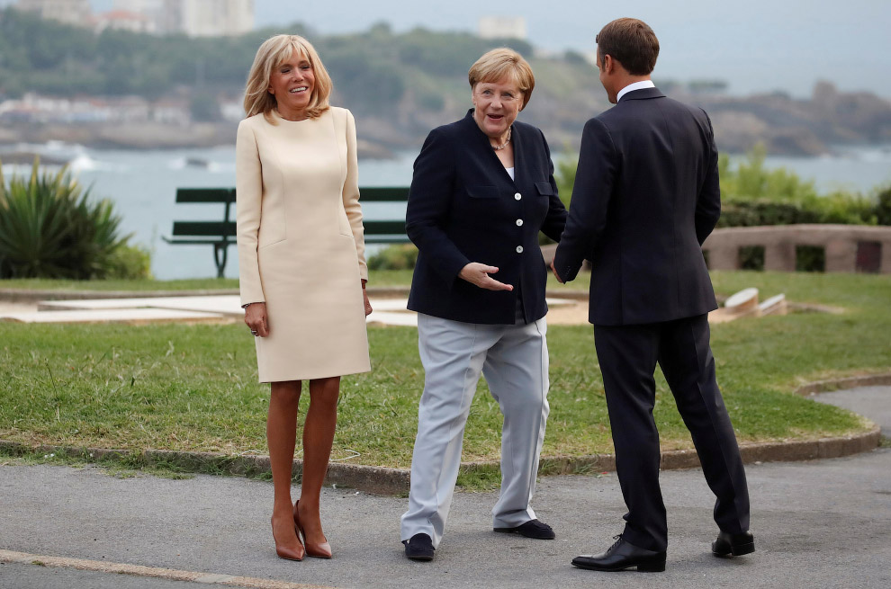Эммануэль Макрон с женой и Меркель