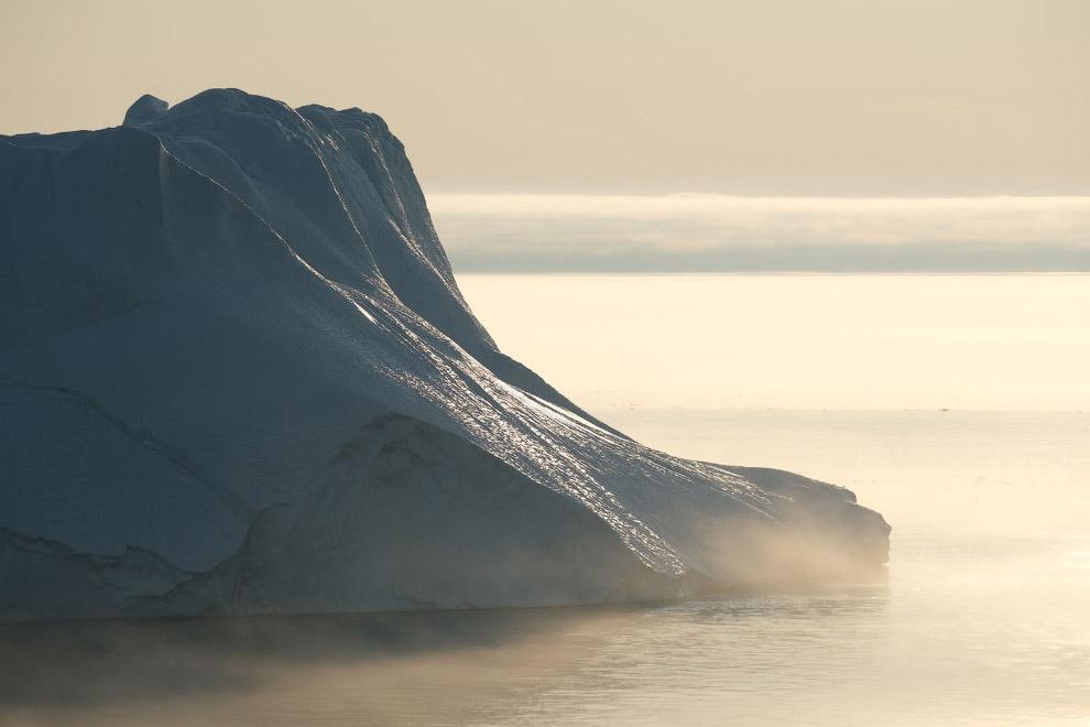 Массивный айсберг возле города Илулиссат