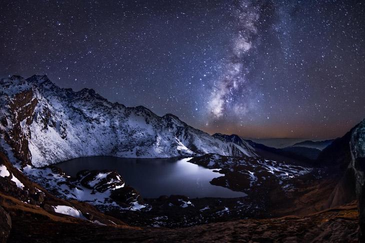 Гималаи в Непале на озере Госаикунда