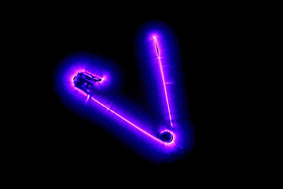 Булавка соединена с генератором переменного тока