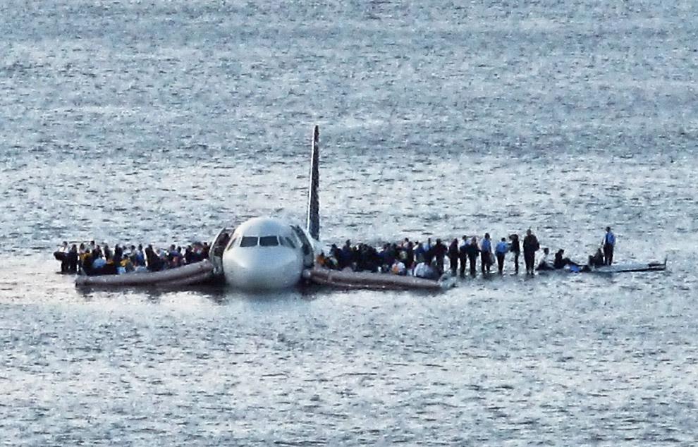 Эвакуация пассажиров после приводнения самолета в Гудзоне