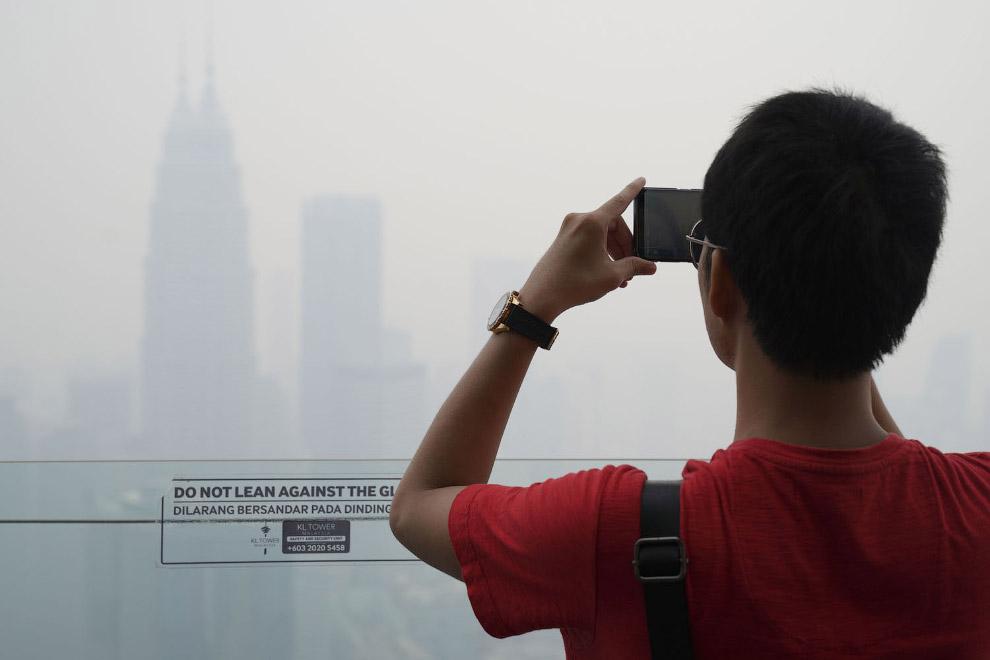 Башни Куала-Лумпур еле видно от дыма