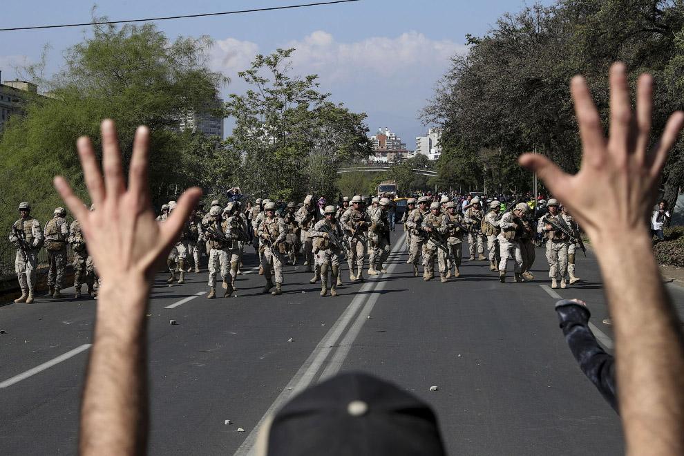 Протестующие и солдаты, Сантьяго