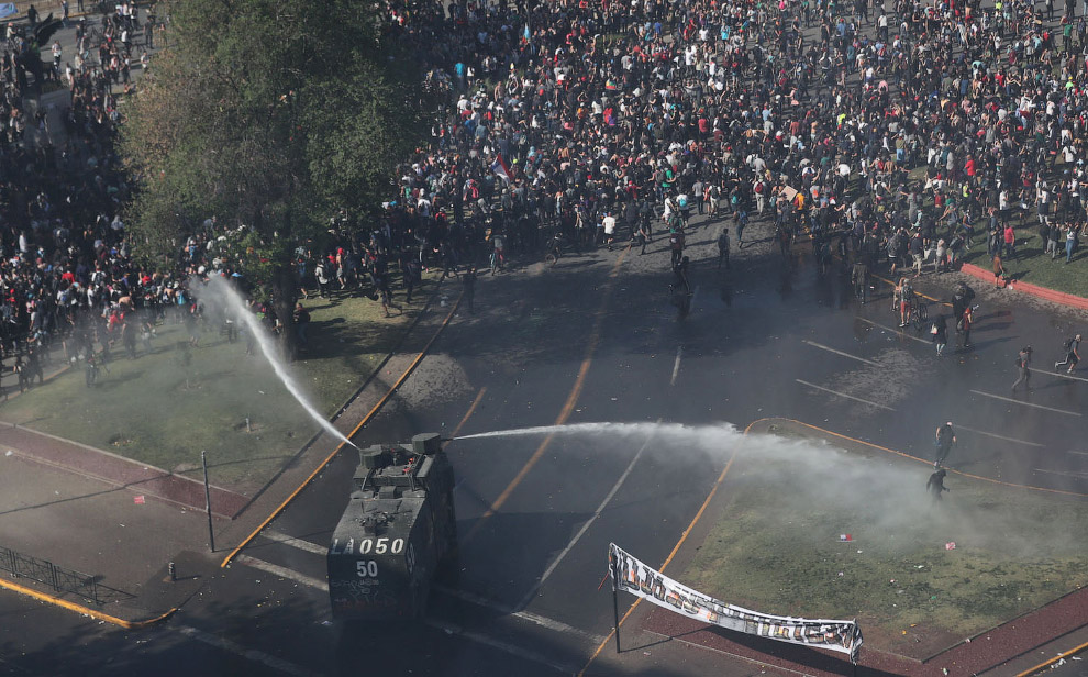 Полиция разгоняет протестующих водометами