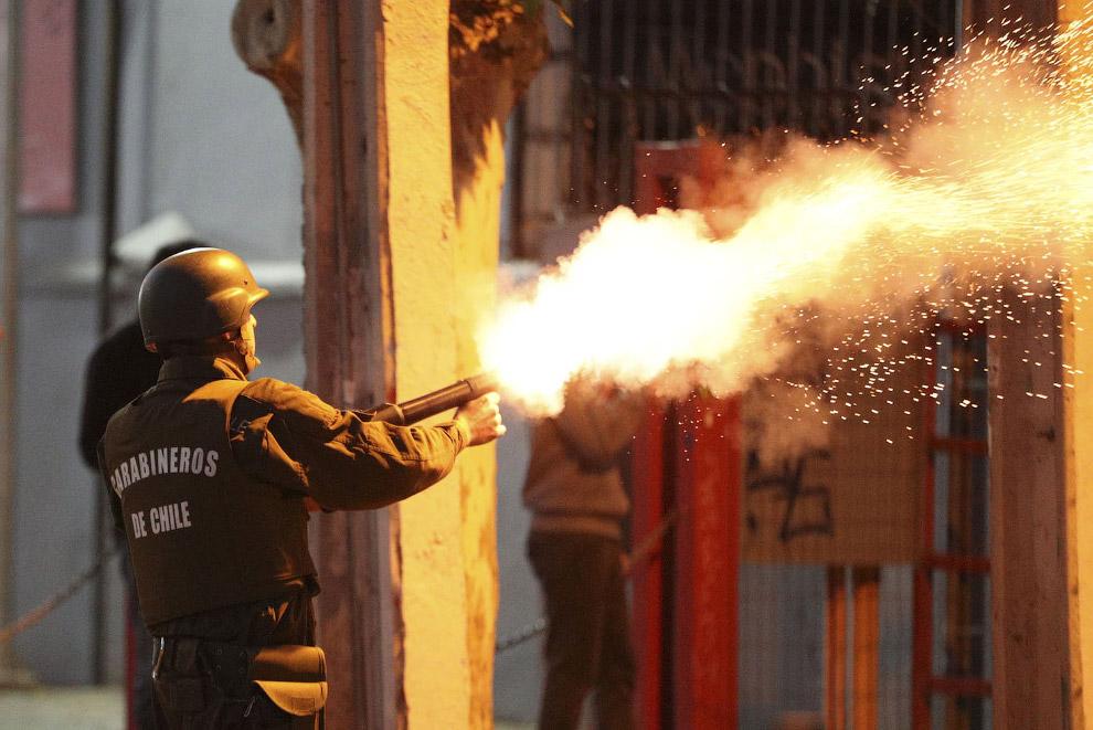Стрельба по протестующим слезоточивым газом