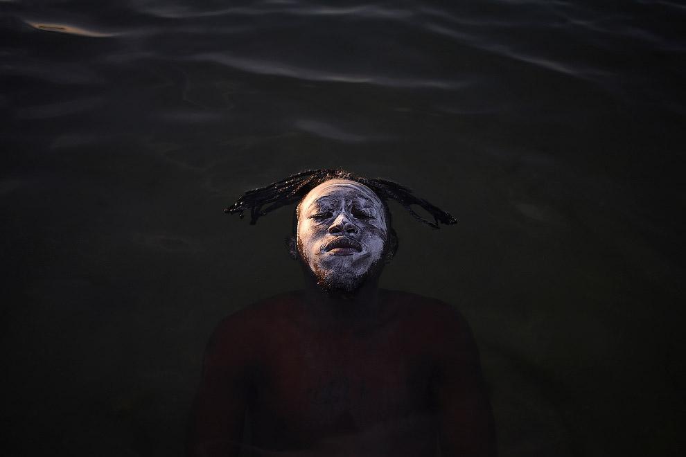 Беженец из Конго в водах залива Гуанабара на пляже Рамос