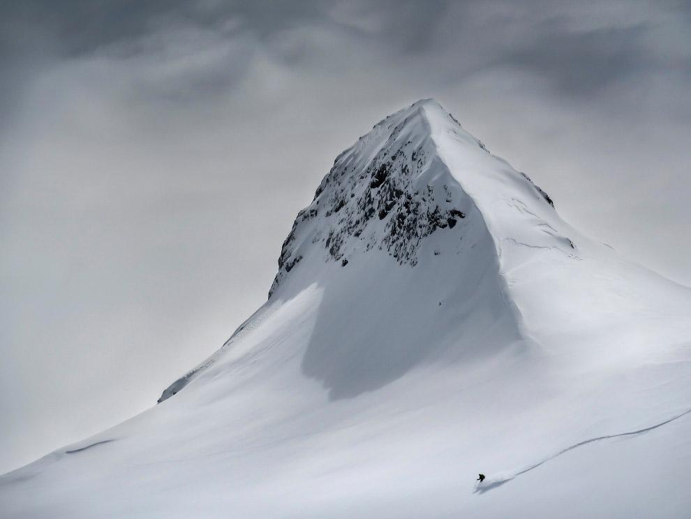 лыжник спускается по склону горы в Словении