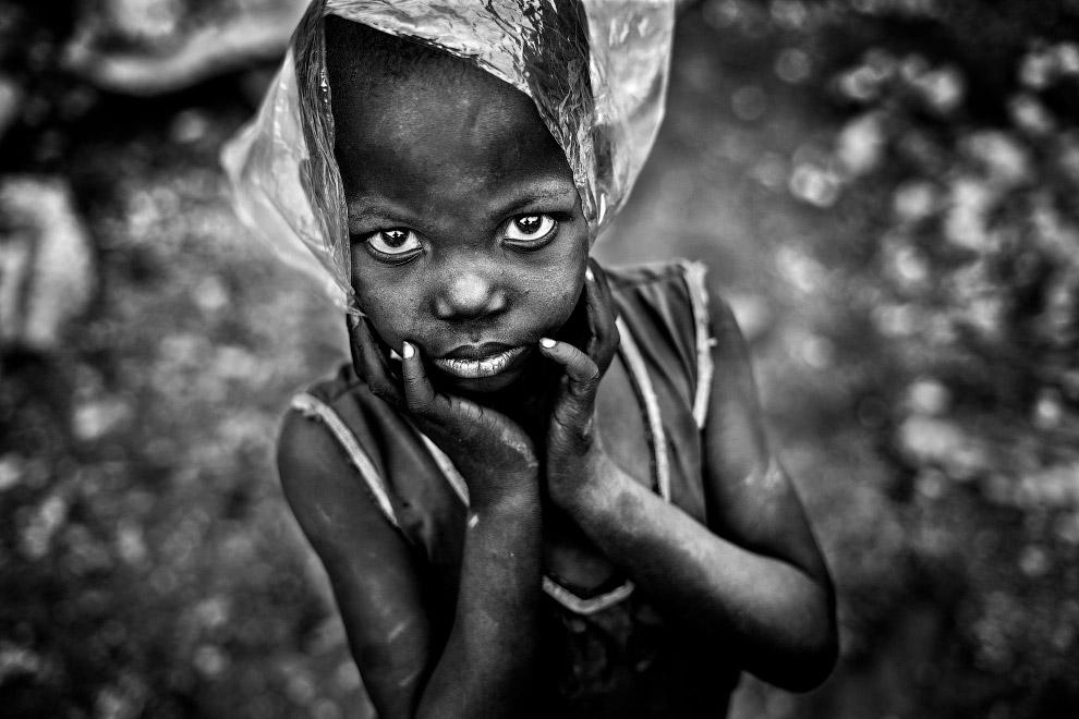 Мальчик с пластиковым пакетом на голове в Буркина-Фасо