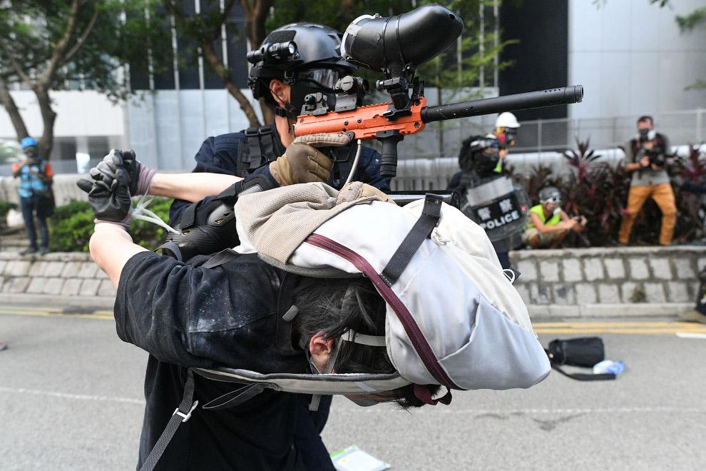 Полицейский использует арестанта в качестве подпорки