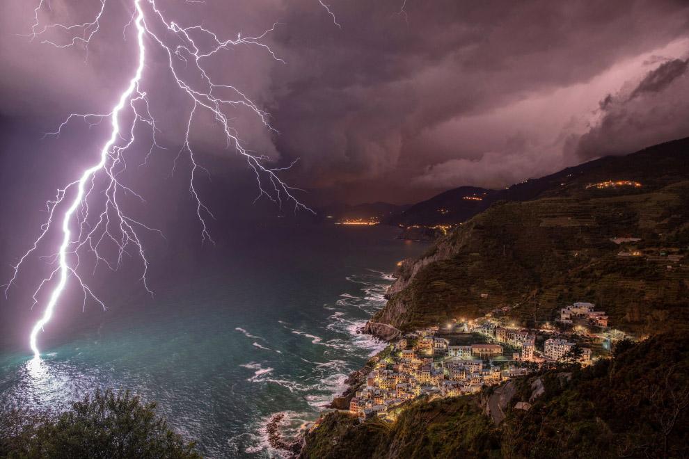 Молния на побережье в городе перед Риомаджоре, Италия