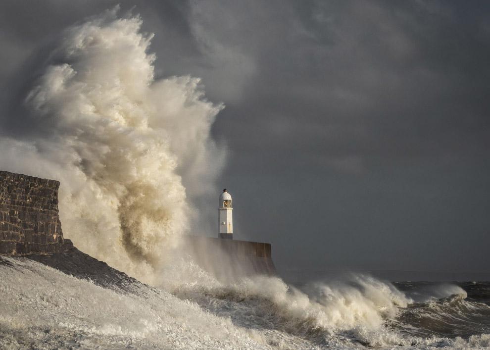 Хвилі і маяк