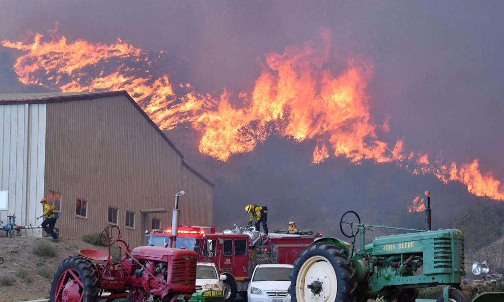 Пожары на холмах Каньон Кантри к северу от Лос-Анджелеса, штат Калифорния