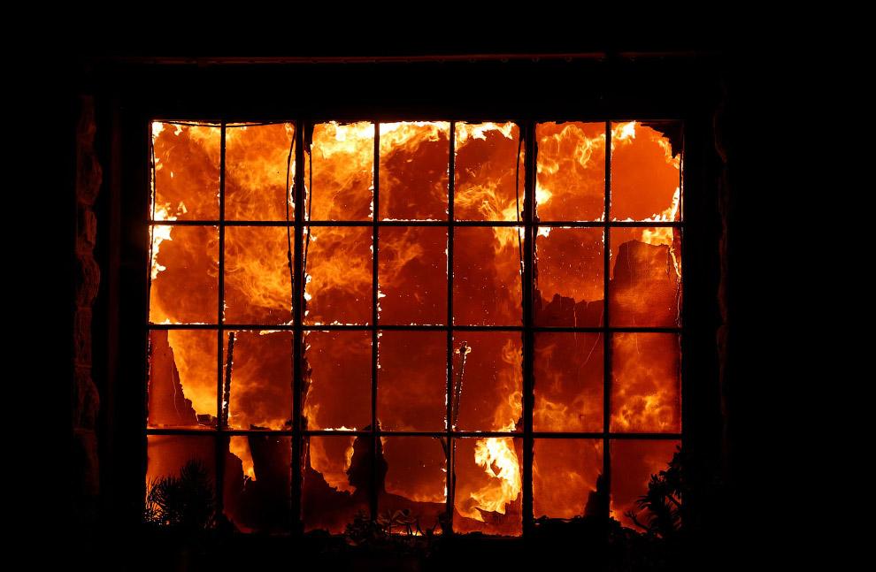 Здания горят возле города Хилдсбург